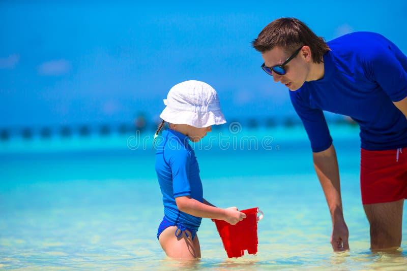 愉快的父亲和小女儿获得乐趣  免版税图库摄影