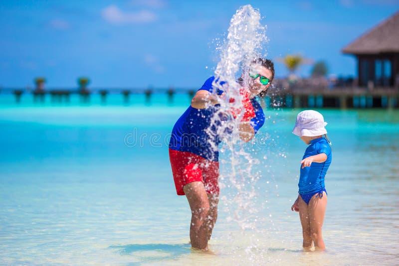 愉快的父亲和小女儿获得乐趣  免版税库存照片