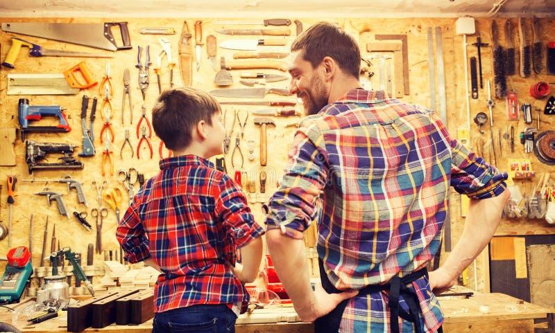 愉快的父亲和小的儿子车间 免版税库存图片