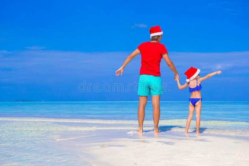 愉快的父亲和他可爱的女儿圣诞老人的 免版税库存照片