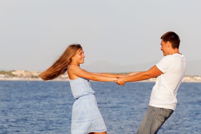 愉快的父亲和他的女儿海滩的 库存照片