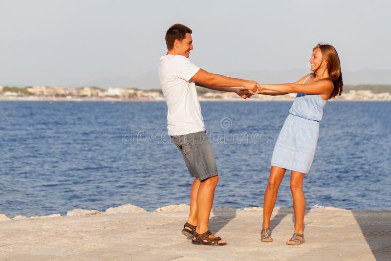 愉快的父亲和他的女儿海滩的 免版税库存图片