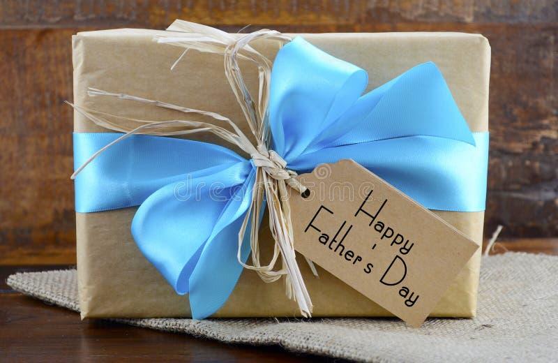 愉快的父亲节自然牛皮纸礼物 库存照片