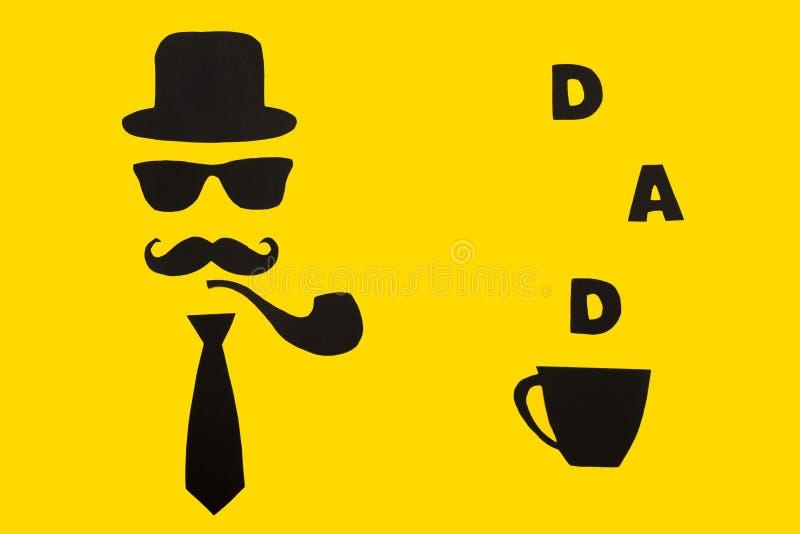 愉快的父亲` s天 明信片和一个杯子爸爸的热的咖啡 帽子、玻璃、髭、烟斗和蝶形领结在一张黄色纸 库存照片