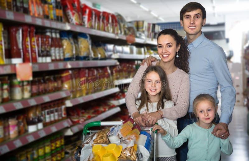 愉快的父母和两个孩子中产阶级家庭hyperma的 库存图片