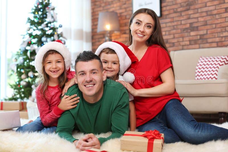 愉快的父母和孩子临近圣诞树 库存照片