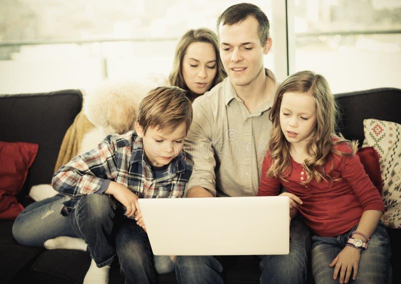 愉快的父母和的孩子观看电影 库存图片