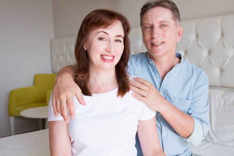 愉快的特写镜头人面孔 微笑的中年夫妇在家 家庭乐趣时间周末和牢固的恋爱 健康微笑 免版税库存图片