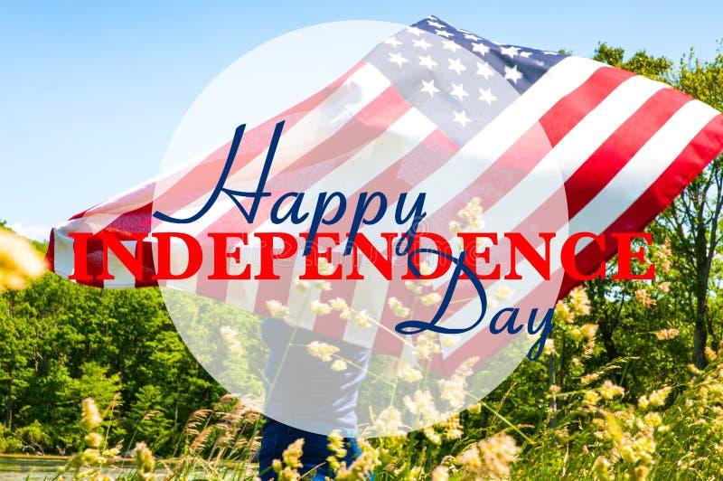 愉快的独立日,第4 7月 拿着美国国旗的妇女 免版税库存照片