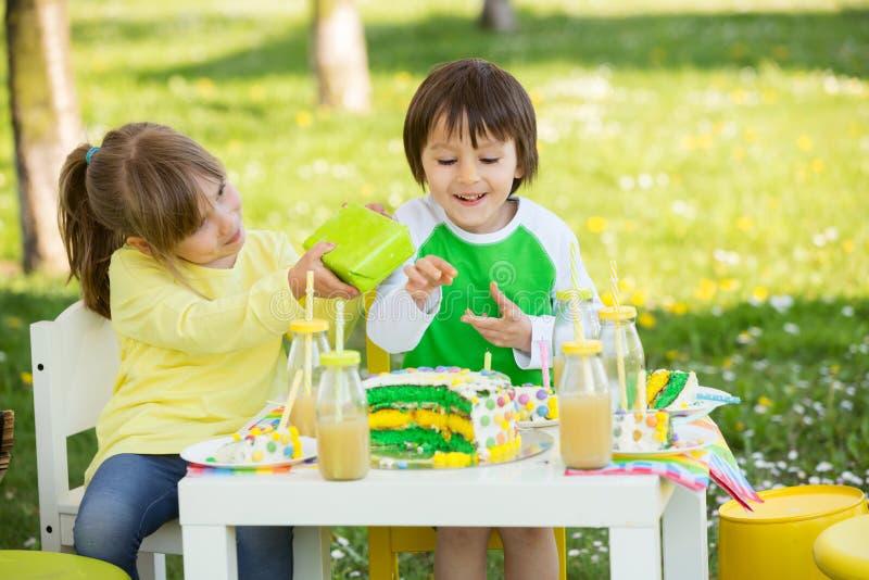 愉快的甜学龄前孩子,庆祝第五个生日古芝 库存图片