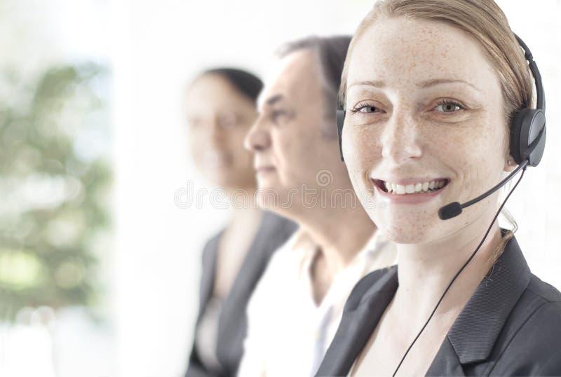 愉快的用户支持电话操作员在办公室 库存照片
