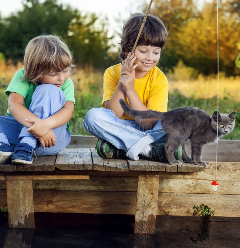 愉快的男孩去钓鱼在河, fisherma的两个孩子 库存图片