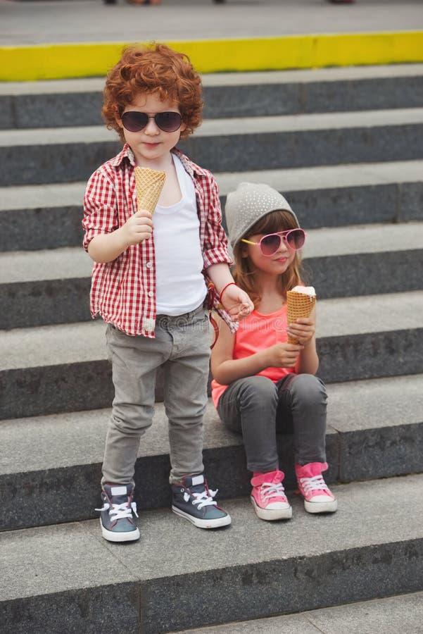 愉快的男孩和女孩用冰淇凌 库存照片
