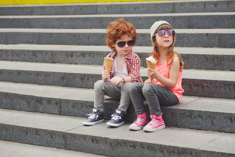 愉快的男孩和女孩用冰淇凌 免版税库存图片