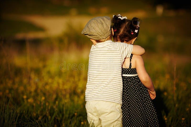 愉快的男孩和女孩 免版税库存图片