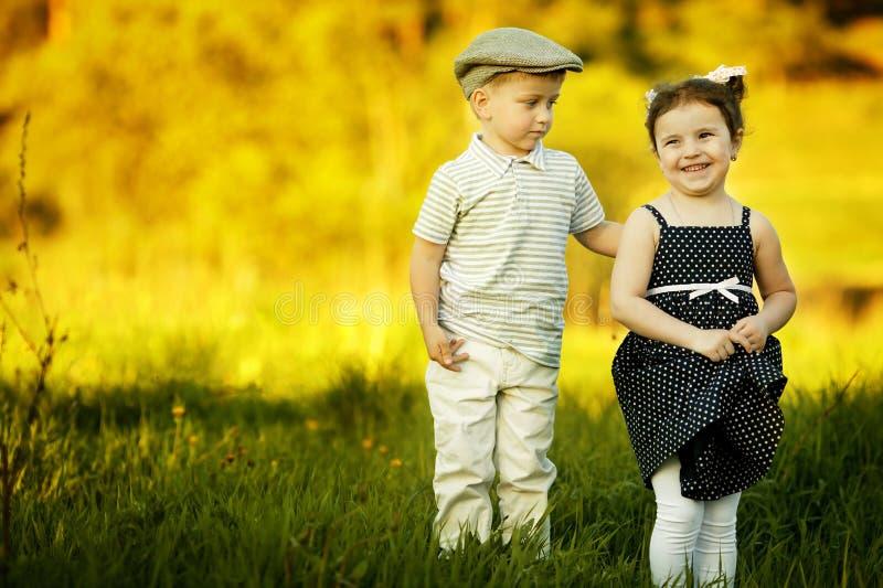 愉快的男孩和女孩 图库摄影