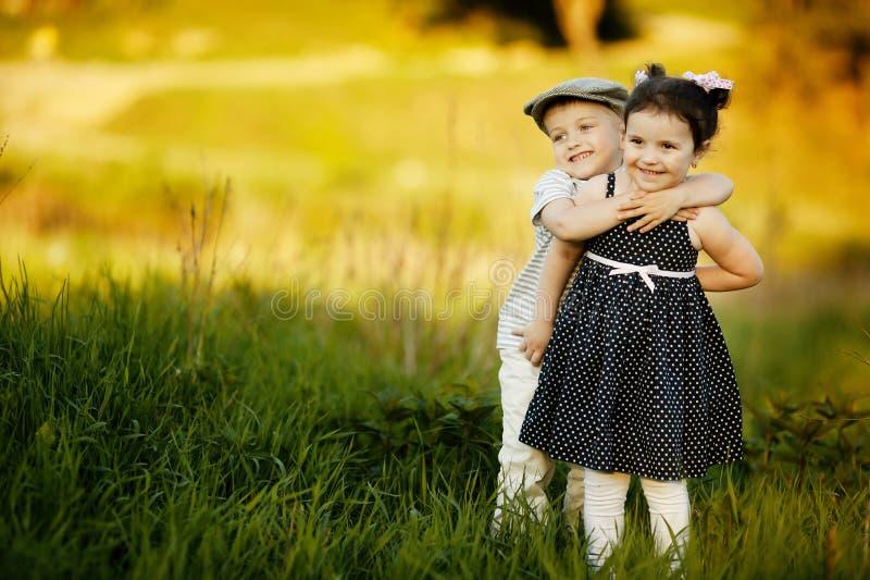 愉快的男孩和女孩 免版税图库摄影