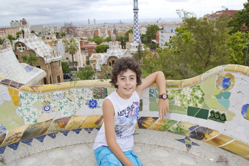 愉快的男孩在公园Guell,巴塞罗那西班牙 图库摄影