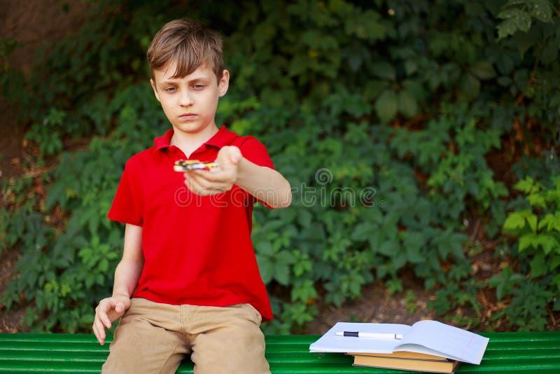 愉快的男孩在手上的拿着片剂 教育、电子游戏瘾、童年、家庭和人概念 免版税库存照片