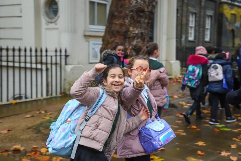 愉快的男生和女孩在伦敦 免版税库存图片