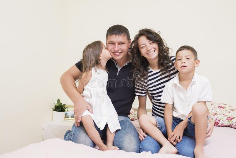 愉快的白种人家庭画象与一起摆在两个的孩子的 免版税库存照片