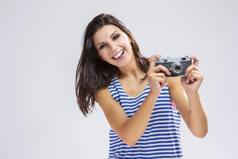 愉快的白种人深色的女孩画象做P的运动衫的 库存图片