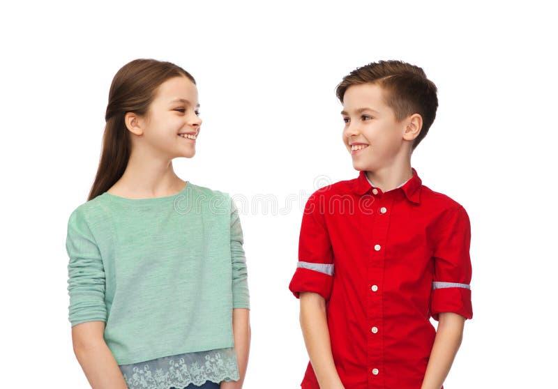 愉快的看彼此的男孩和女孩 免版税图库摄影