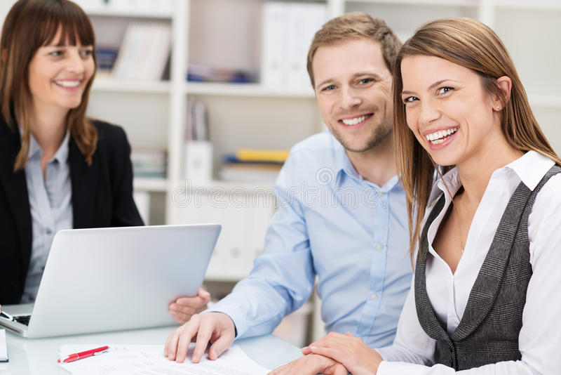 愉快的确信的年轻夫妇在会议 免版税库存照片