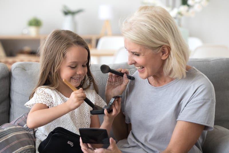 愉快的祖母和孙女有乐趣做组成 免版税库存照片
