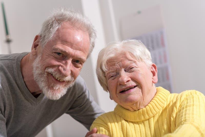 愉快的祖母画象有她的儿子的 免版税图库摄影