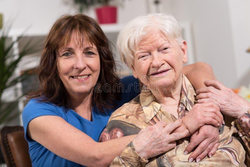 愉快的祖母画象有她的女儿的 免版税库存照片