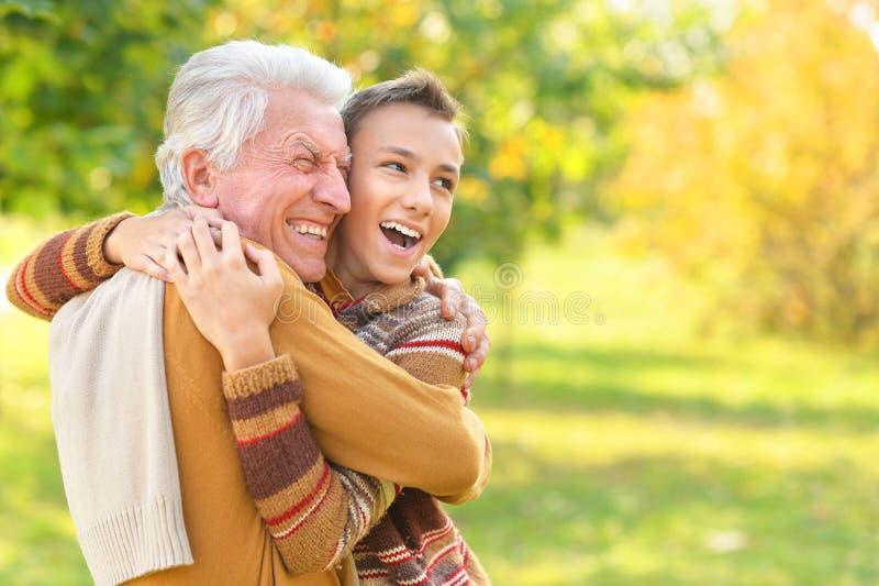 愉快的祖父和孙子画象在公园 库存照片