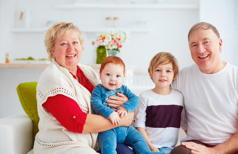 愉快的祖父母和孙画象在家 免版税库存图片