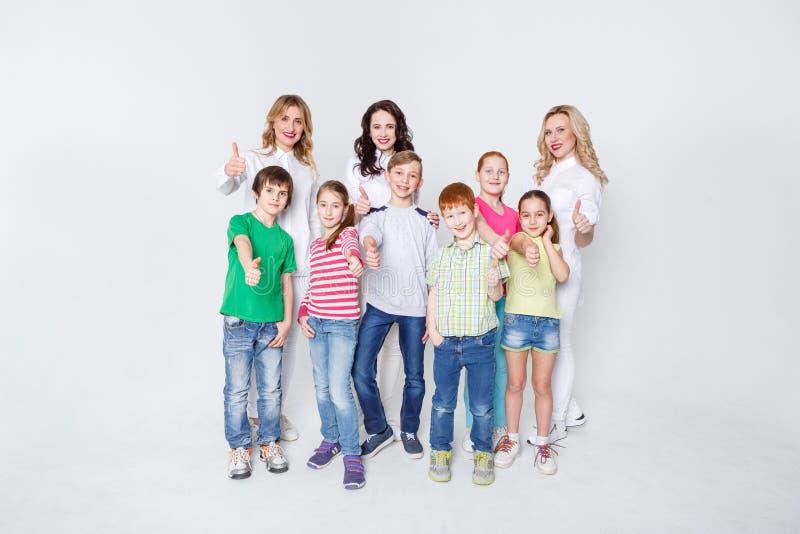 愉快的站立在白色背景,拷贝空间的孩子和成人 库存照片