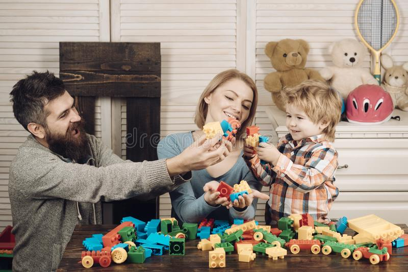愉快的童年 关心和发展 幸福家庭和儿童节 父母有儿童游戏建设者的 库存图片