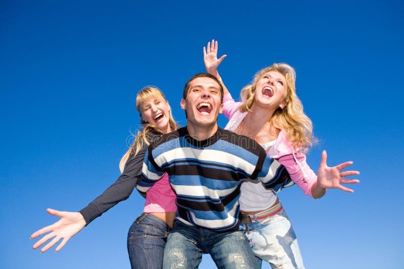 愉快的笑小组年轻人 免版税库存图片