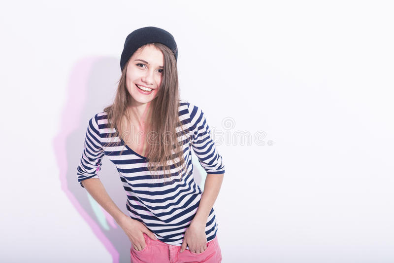 愉快的笑的白种人深色的女孩自然画象帽子的 库存图片