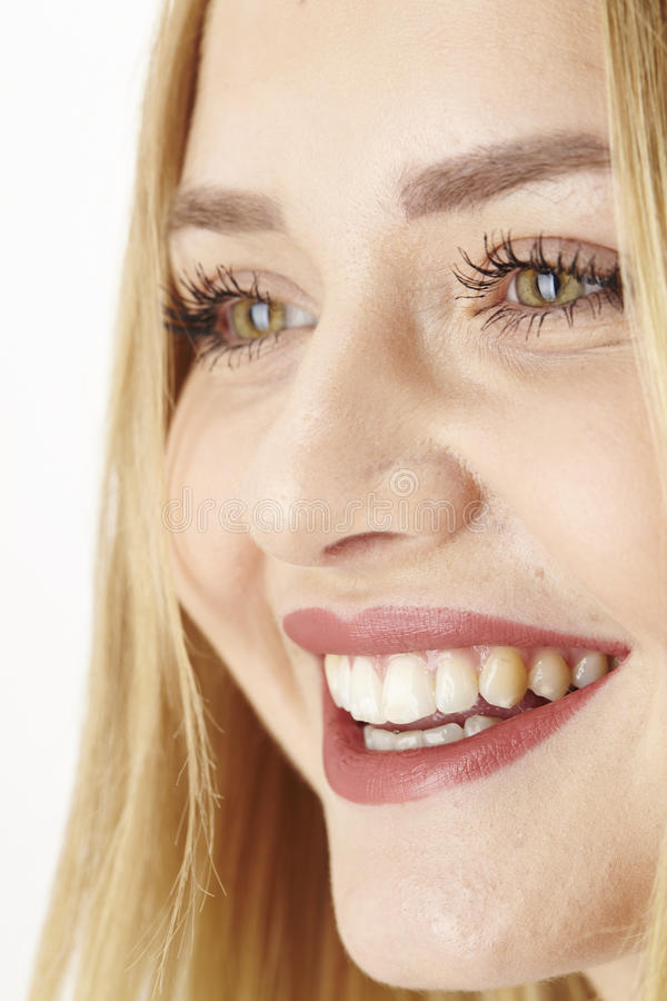 愉快的笑的年轻白肤金发的妇女 免版税库存图片