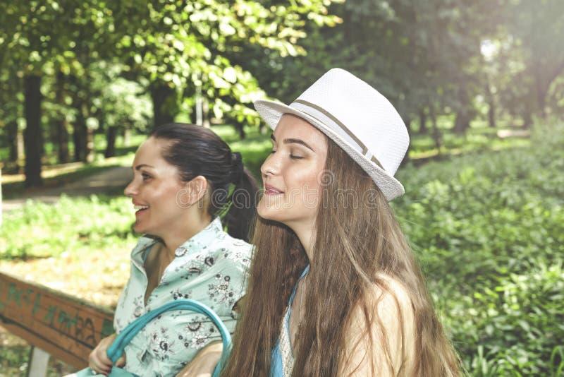 愉快的系列 获得年轻美丽的母亲和少年的女儿笑在步行的乐趣 图库摄影