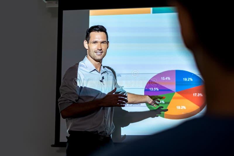 愉快的经理公司商人谈话在业务会议上在办公室 免版税库存图片