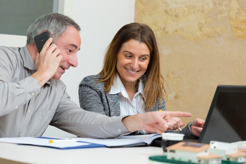 愉快的经理和妇女在办公室环境里 库存图片