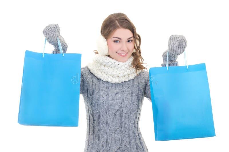 愉快的美丽的妇女在冬天穿衣与购物袋isola 免版税库存照片