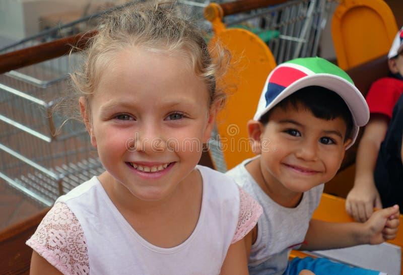 愉快的美丽的小女孩和小男孩画象户外 免版税库存图片