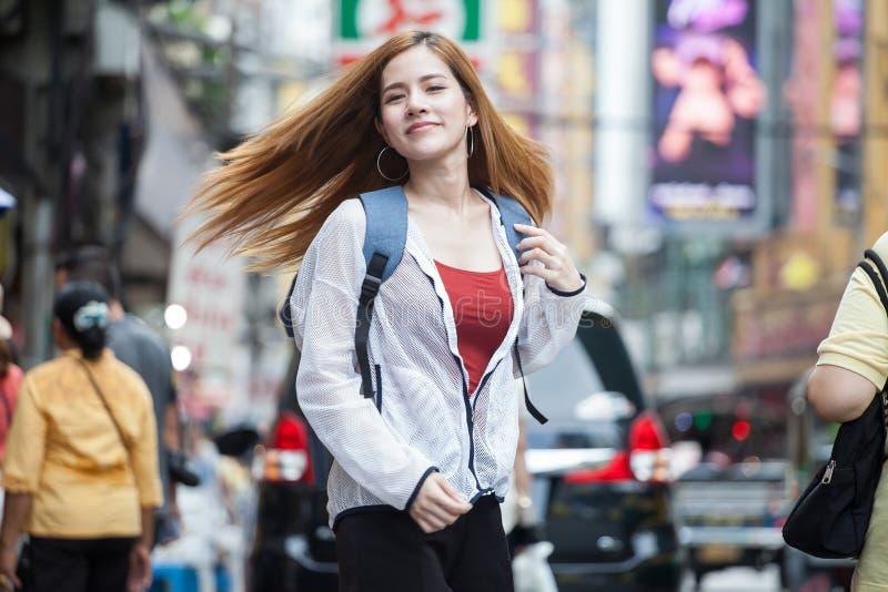 愉快的美丽的年轻亚裔妇女旅游旅客s画象  免版税库存图片