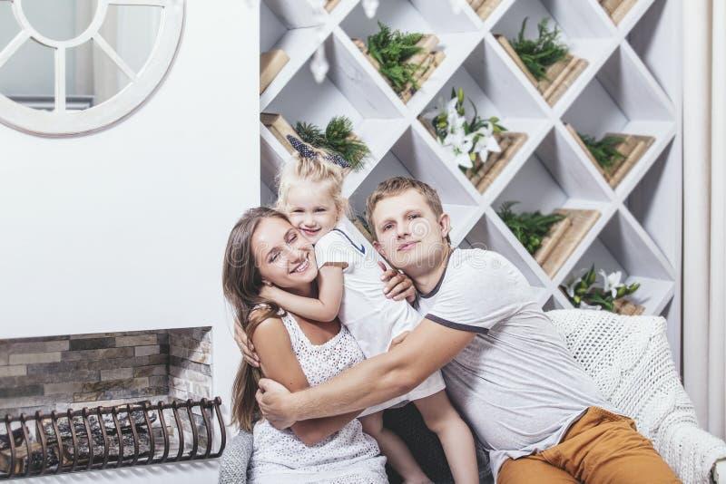 愉快的美丽的年轻家庭父亲、母亲和女儿smilin 免版税库存图片
