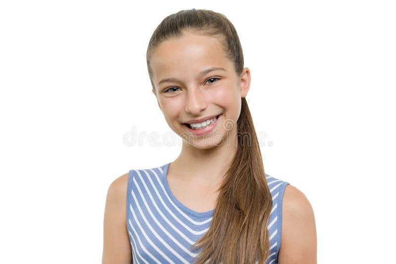 愉快的美丽的年轻微笑的女孩画象  有完善的白色微笑的孩子,隔绝在白色背景 免版税图库摄影