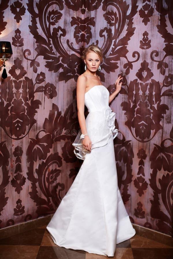 白色婚礼礼服的美丽的性感的新娘 免版税库存照片