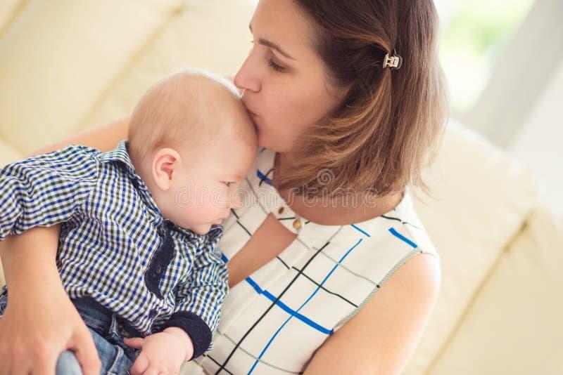 愉快的美丽的母亲和婴孩画象  免版税库存照片