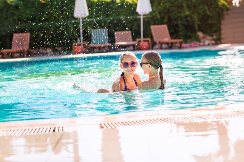 愉快的美女获得乐趣在水池 免版税库存图片