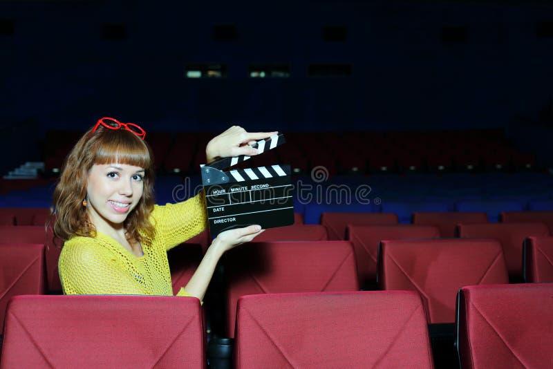 愉快的美好的妇女展示在观众席拍委员会 免版税图库摄影